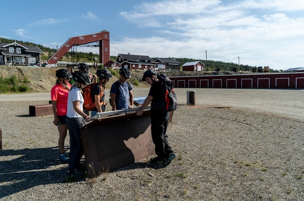 Turister på besøk hos Folldal Gruver