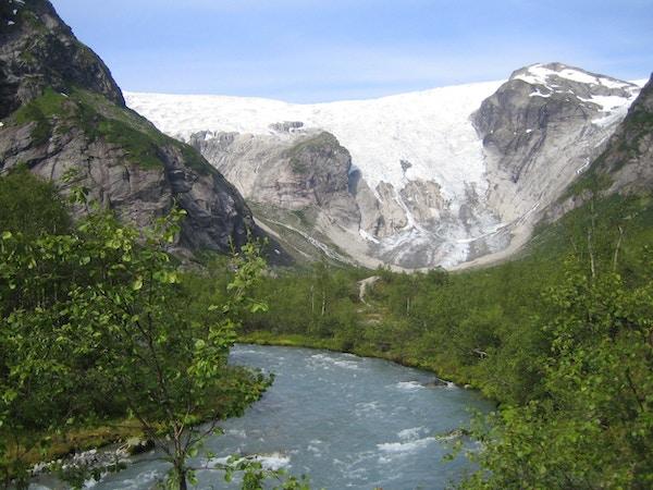 Grønt landskap med Bergsetbreen i bakgrunnen