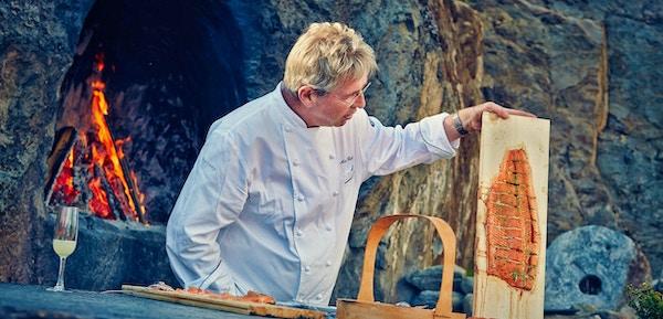 Arne Brimi lærer bort kunnskap om tradisjonell mat