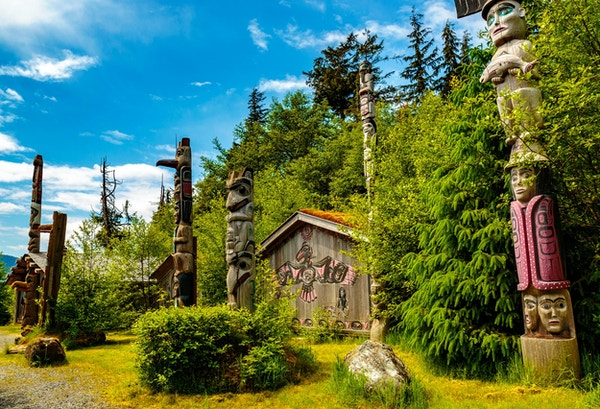 Ketchikan, AK, USA - 24. mai 2016: Ketchikan, AK, USA - 24. mai 2016: Native American Totems and Clan Houses lokalisert på Totem Bight State Historic Site.