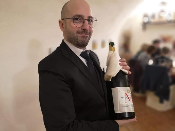 Mann med vinflaske