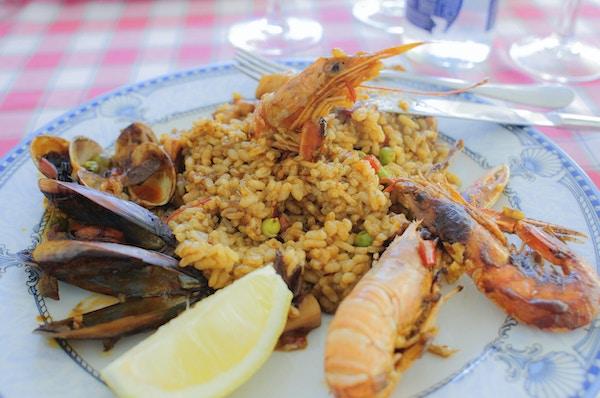 Typisk spansk sjømatpaella, servert på en restaurant på Costa Brava