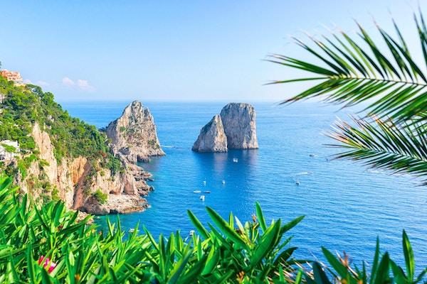 Skip ved Faraglioni-klippene og Tyrrhenske hav av Capri-øya, Italia