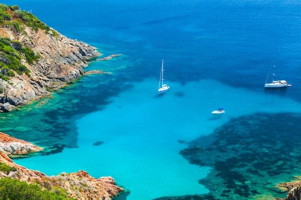 Korsika, fransk øy i Middelhavet. Kyst sommerlandskap, yachter fortøyd i den asurblå bukten
