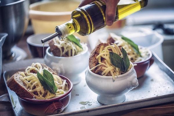 Tilberedelse av fransk løksuppe med deilig langsomt kokt løk, ristet brød, ost og fersk salvie