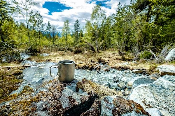 Reis titankopp. Lunsj under reisen til naturen. Camping livsstil.