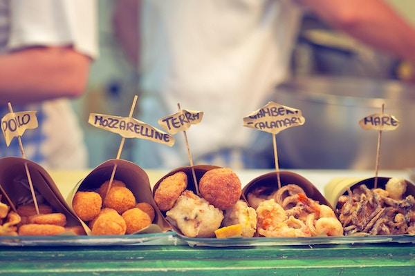 Tradisjonell napolitansk hurtigmat - stekt kylling, ost eller sjømat