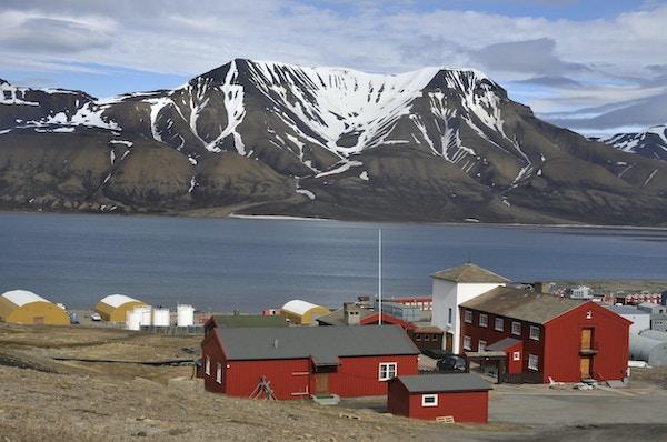 Utsikt fra Longyearbyen over fjorden. Havnebygninger i forgrunnen. Longyearbyen, Svalbard, Norge. Verdens nordligste by.