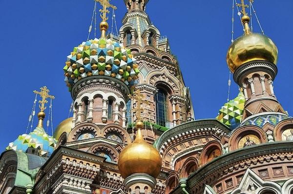 Church on Spilled Blood eller Cathedral of the Resurrection of Christ ligger i St. Petersburg, Russland. Denne katedralen har mange navn. Bygget på stedet hvor keiser Alexander II ble myrdet. Nydelig blå himmel med cumulusskyer over kirken.