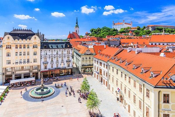 Bratislava, Slovakia. Utsikt over Bratislava slott, hovedtorget og St. Martins katedral.