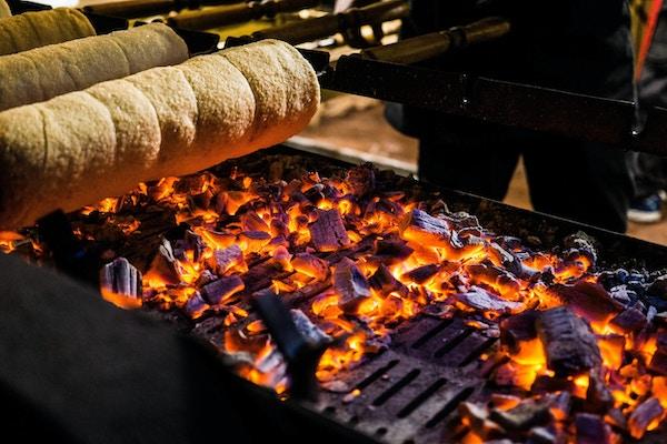 En skorsteinkake bakes over en åpen kullgrill