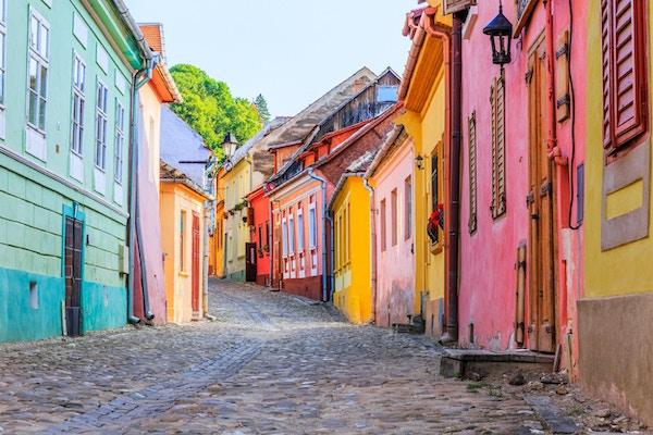 Sighisoara, Romania. Middelalders gate med hus i Transylvania.