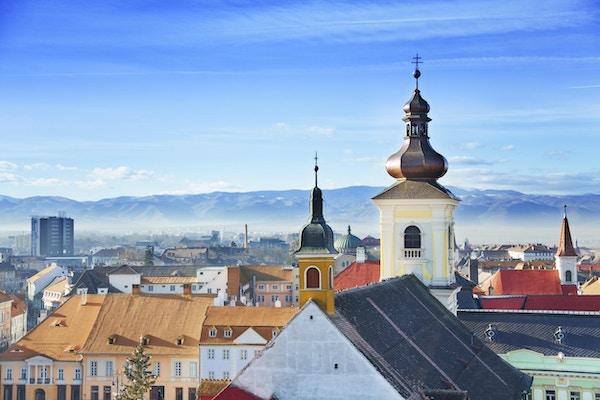 Romersk-katolske kirke og utsikt over gamlebyen i Sibiu, Romania