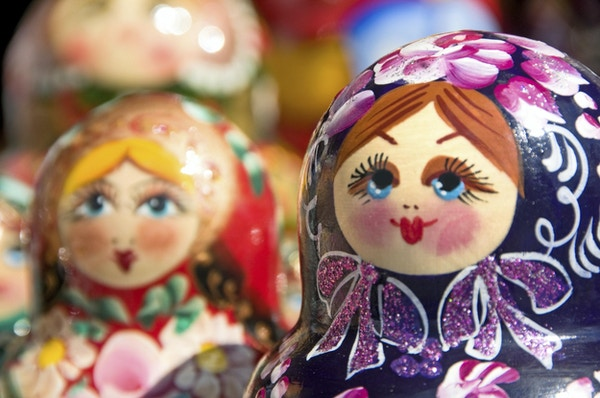 Originale Babushka eller Matryoshka hekkende russiske dukker. Fargerike, håndmalte hekkende dukker - tradisjonelt symbol på Russland. Foto ble tatt i gammel basar i Moskva, Russland.