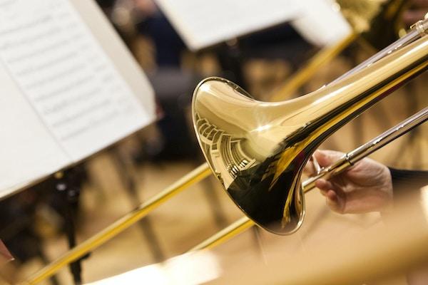 Detalj av en trombone i hendene på musikerens nærbilde