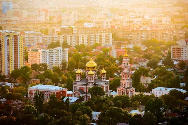 Bykjernen med en kirke i Saratov i solnedgang, Russland