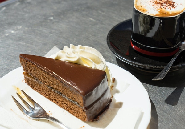 Sacher Torte eller sjokoladekake servert med frisk krem og kaffe