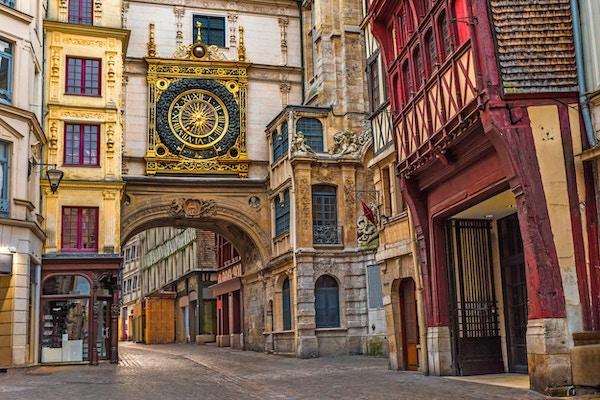 Gammel koselig gate i Rouen med berømte Store klokker eller Gros Horloge av Rouen, Normandie, Frankrike