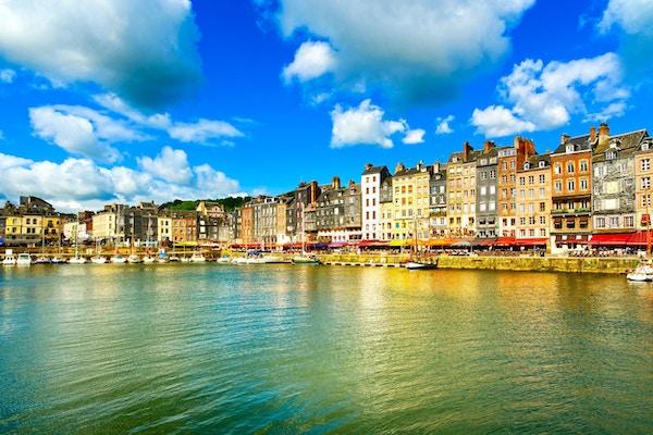 Honfleur berømte landsby havnens skyline og vann. Normandie, Frankrike, Europa.