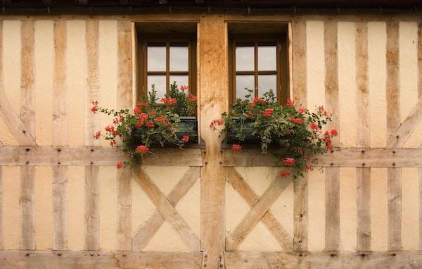 Tømmer innrammet bygning i den middelalderske byen Honfleur, Normandie, Frankrike.