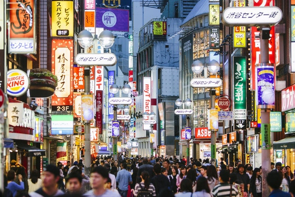Folk som går i Shibuya shoppingområde.