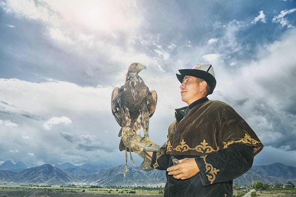 Jakt med gyldne ørn er en tradisjonell kunst i de eurasiske steppene, spesielt i Sentral-Asia.