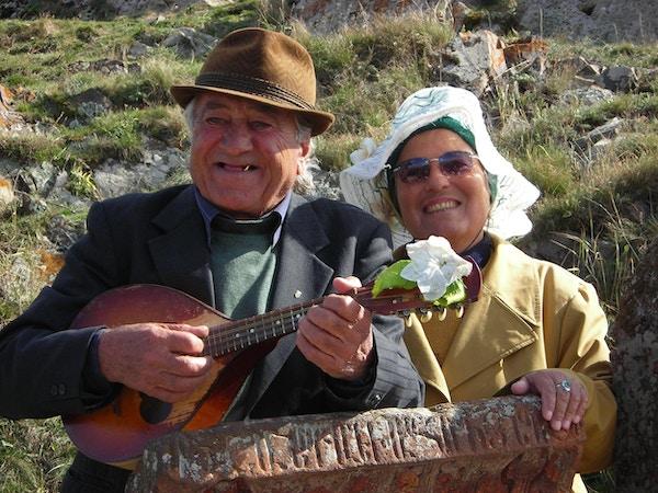 mann og kvinne som spiller tratioanal instrument