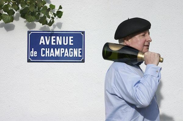 I hjertet av Champagne-regionen ligger Epernay, med Champagne Avenue. En allé som inneholder 9 berømte Champagne-hus, hvorav det største har 17 mil med underjordiske huler og lagring av 100 millioner flasker. Epernay er virkelig 'Champagne-hovedstaden'