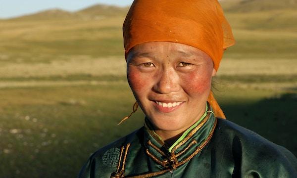 Vakker, ung mongolsk kvinne i sen ettermiddagssol
