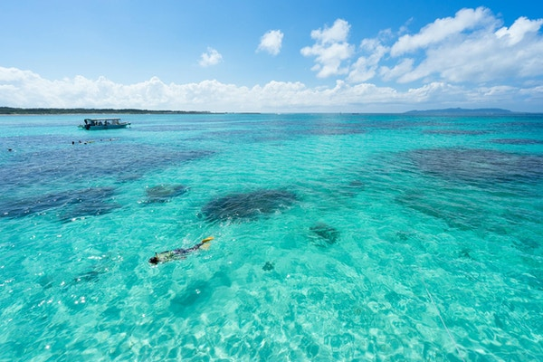 Idyllisk strand i Okinawa, Japan