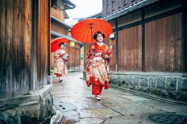 Maiko kvinner som går i Kyoto