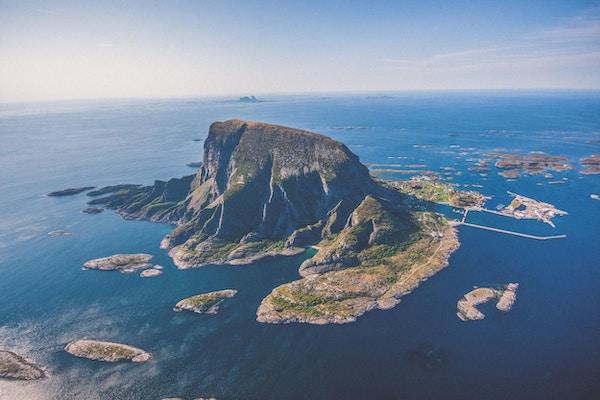 Øya Lovund omgitt av hav