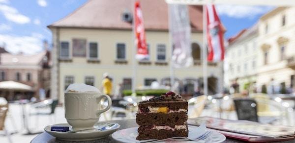 Kake og kaffekopp på torg i Wien