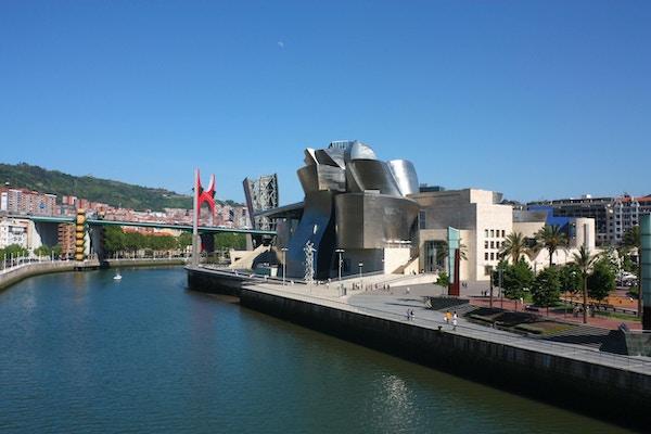 Bilbao Nervion River når den passerer ved Bilbao Park, Guggenheim-museet, Univertisy og broen La Salve, Euskadi, Spania. Baskerland.
