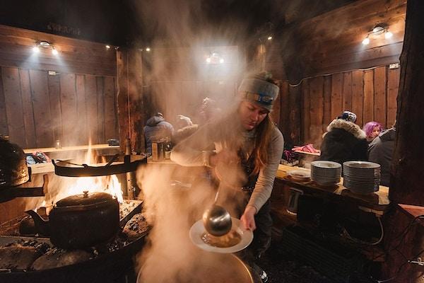 Jenge øser mat på villmarkscamp Svalbard