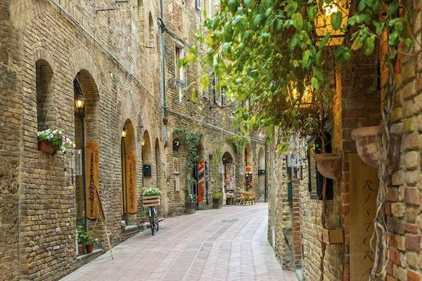 Alley i gamlebyen San Gimignano Toscana Italia