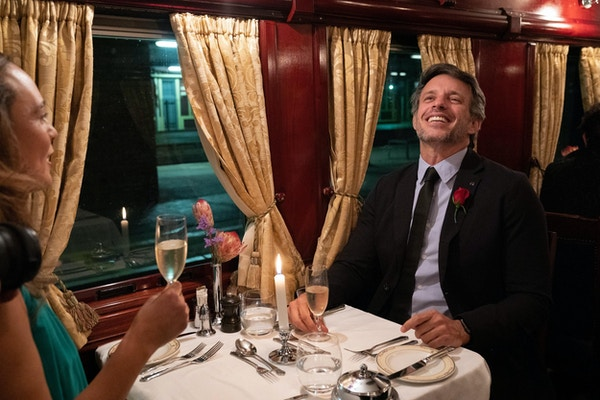Par spiser middag på tog