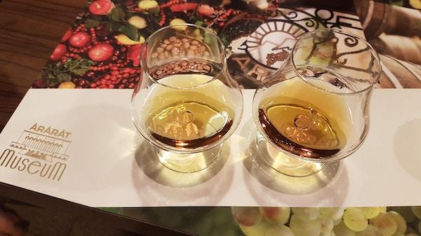 å whisky briller på et bord
