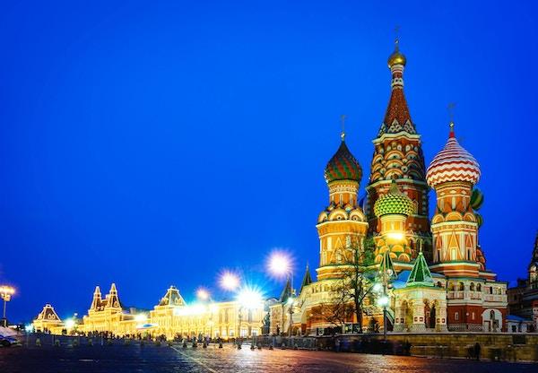 Nattutsikt fra Moskva av Den røde plass og St. Basil-katedralen. Arkitektur og landemerker i Moskva, Russland.