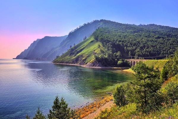 Baikal landskap med en gammel jernbanebro. Bajkalbanen. Øst-Sibir. Russland