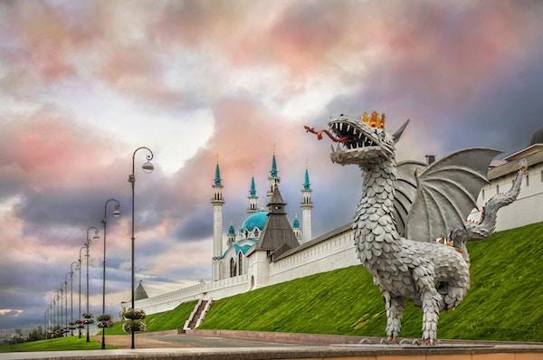 Drage i Kazan og Kul-Sharif-moskeen i den flerfargede himmelen