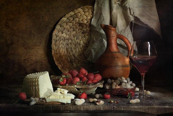Stilleben med en kanne med georgisk ost og jordbær