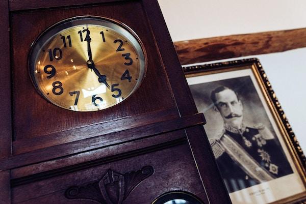 Klokke og bilde av kong Haakon.