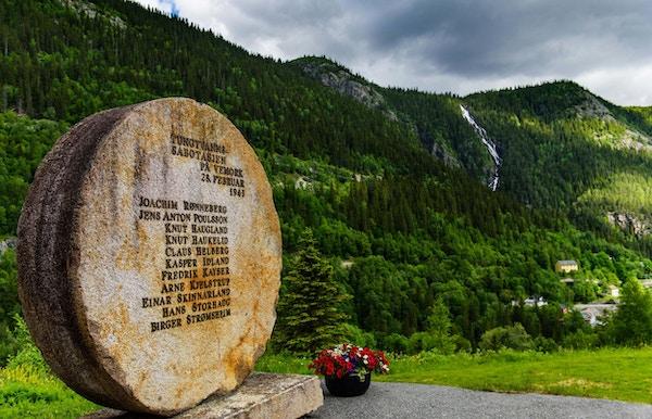 Minnesmerke i stein med navn til alle heltene som var i Tungtvannssabotasjen på Vemork 1943