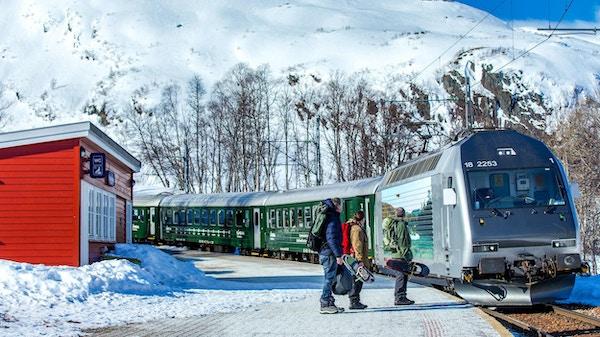 Flåmsbanen på en togstasjon på vinteren.