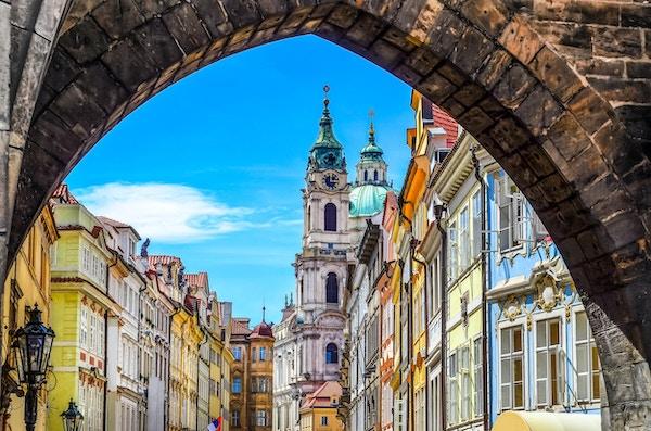Utsikt over fargerik gammel by i Praha hentet fra Charles bridge, Tsjekkia