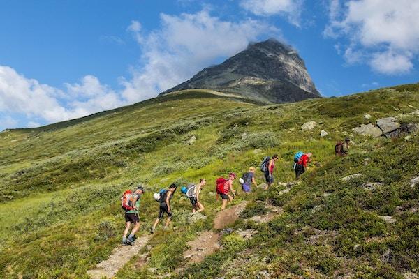 Turgåere på vei mot fjelltopp.