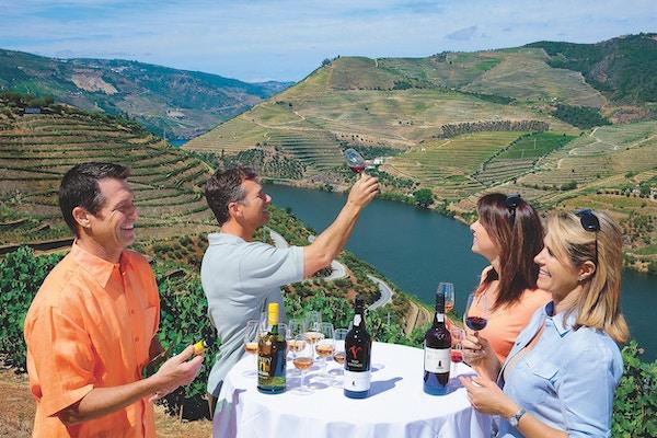Vinsmaking med utsikt mot Douroelven i bakgrunnen