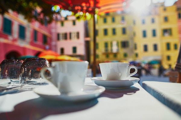 Kaffekopper i kafé i Vernazza, Cinque Terre, Liguria, Italia