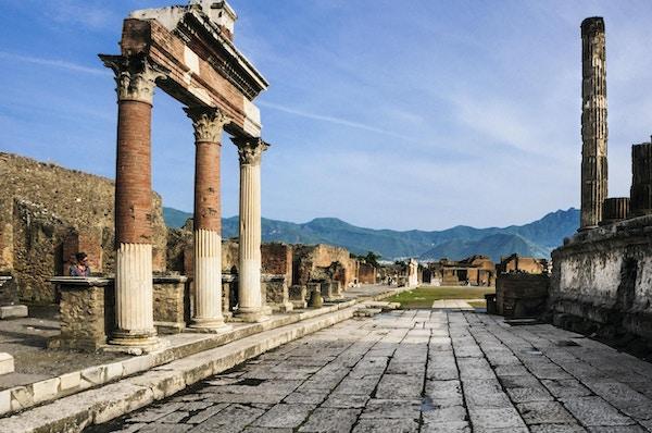 Etter å ha blitt byttet av vulkansk aske i 79AD. Pompeii ble gjenoppdaget og avdekket på 1800-tallet og gir et innblikk i italiensk liv for 2000 år siden.